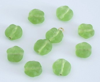 Glasperle * Button mit Blumenmotiv * Peridot, mattiert * 10x5mm